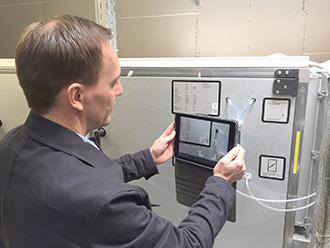 Thomas Lyngvad scanner QR kode på Marienlund Plejecenter